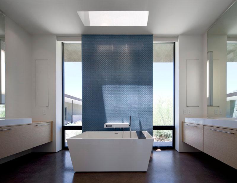 blue-and-white-bathroom-141116-420-08
